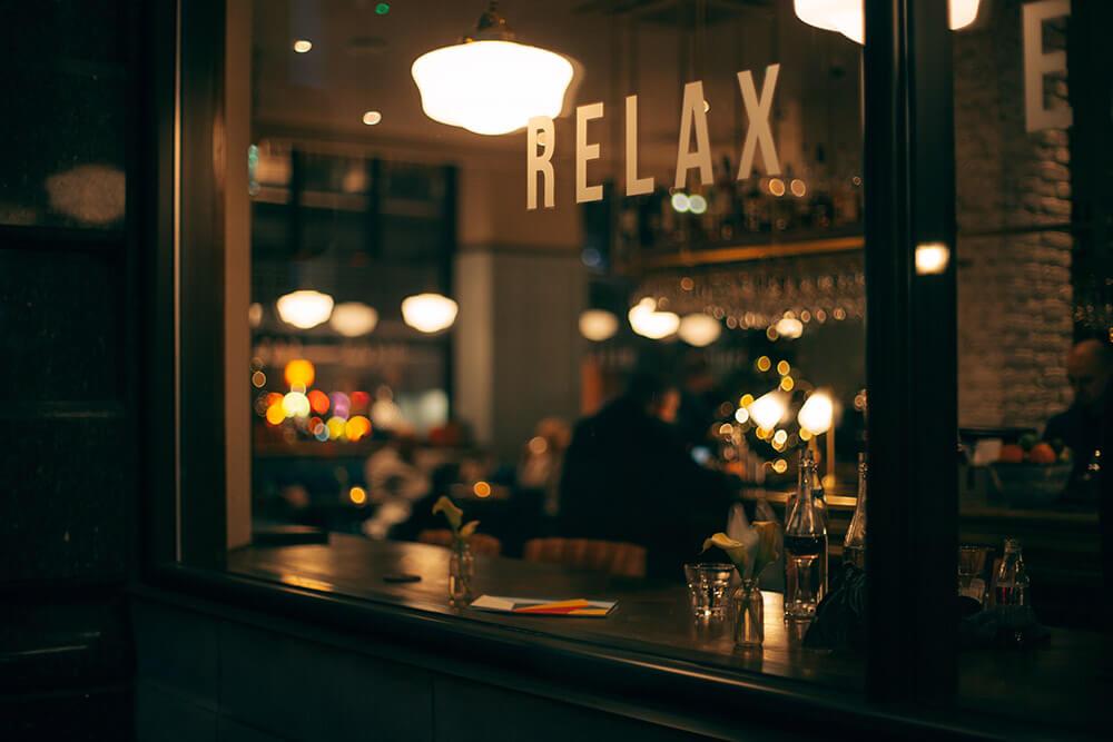 Restaurant Schaufenster mit Relax-Schriftzug