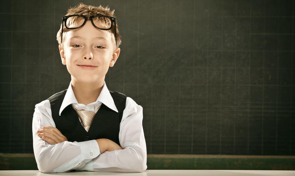 Schüler mit Brille im Klassenzimmer